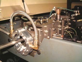 Dysza pierścieniowa Super eliminuje   powstawanie dymu podczas obróbki przez zdmuchiwanie oleju hydraulicznego z pręta wchodzącego do uchwytu.