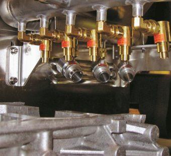 Regulowane wzmacniacze przepływu powietrza suszą blok silnika przed montażem.