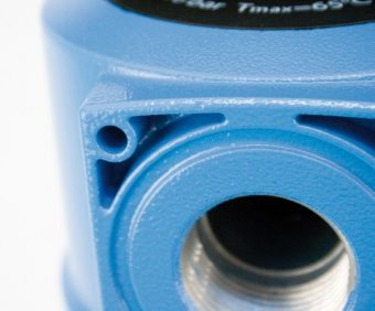 Gwintowane przyłącze na wlocie i wylocie filtra