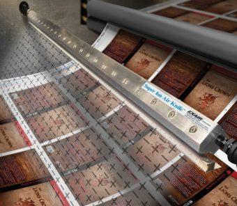 Nóż powietrzny jonizujący Super 1219mm neutralizuje ładunki elektrostatyczne przy jednoczesnym zdmuchiwaniu pyłu i cząsteczek z drukowanych powierzchni, papieru, tworzyw sztucznych i części trójwymiarowych.