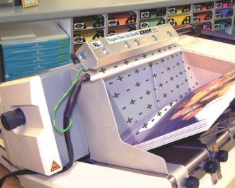 Nóż powietrzny jonizujący Super eliminuje zakleszczenia przy jednoczesnej poprawie jakości wydruku w maszynie do adresowania metodą atramentową.