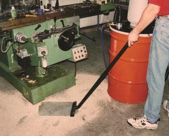 Powietrze w pomieszczeniu pozostaje wolne od pyłu, ponieważ odkurzacz do wiórów usuwa absorbent pylisty.