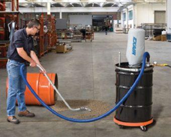 Odkurzacz przemysłowy Heavy Duty zbiera rozsypany środek do obróbki wibrościernej.