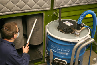 Zatkany system filtracyjny kabiny polerskiej jest szybko czyszczony i przywracany do eksploatacji za pomocą odkurzacza Heavy Duty z filtrem HEPA.