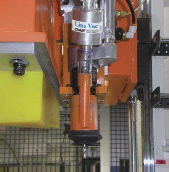 Przenośnik Line Vac model 6080 34 (19mm) zasysa wióry podczas wiercenia tworzywa