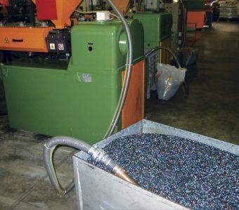 Przenośnik Line Vac transportuje granulat z tworzywa do kosza zasypowego grawitacyjnego na wytłaczarce