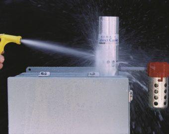 Chłodnica szaf sterowniczych model 4830 klasy NEMA 4 chłodzi tablicę powietrzem o temperaturze -7°C, utrzymując wnętrze w stanie suchym.
