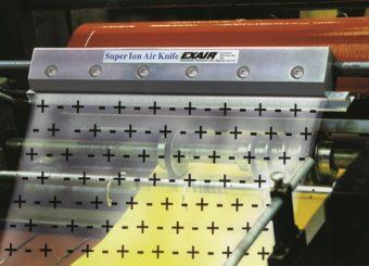 Nóż powietrzny jonizujący Super usuwa ładunki elektrostatyczne z przekrawacza, aby pobierał jeden arkusz na raz.