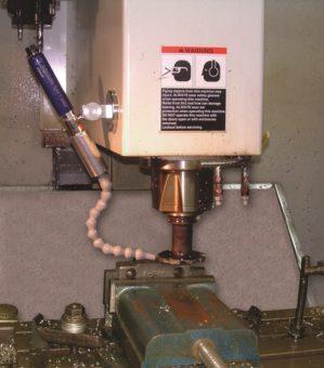 Regulowana chłodnica miejscowa zastępuje chłodziwo oraz eliminuje wielogodzinne czyszczenie związane z operacją obróbki żeliwa.
