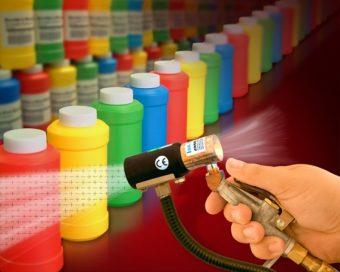 Pistolet jonizujący model 8293 neutralizuje i czyści butelki plastikowe przed etykietowaniem.