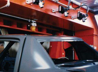 3 działa jonizujące zdmuchują zanieczyszczenia z karoserii samochodowych przed malowaniem