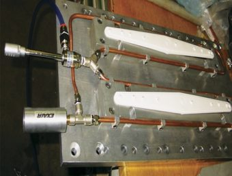 Rurka wirowa model 3225 chłodzi ramiona spryskujące zmywarki podczas zgrzewania ultradźwiękowego.