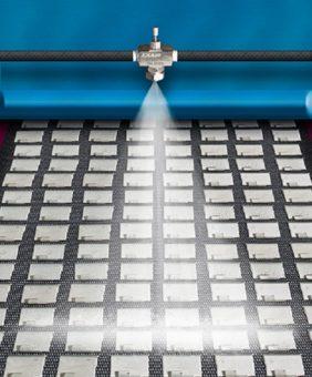 Model AF1030SS jest używany do rozpylania powłoki antykorozyjnej na wytłaczane części stalowe podczas ich przemieszczania na przenośniku.