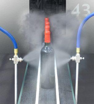 2 dysze rozpylające niekapiące są używane do płukania butelek wina po korkowaniu.