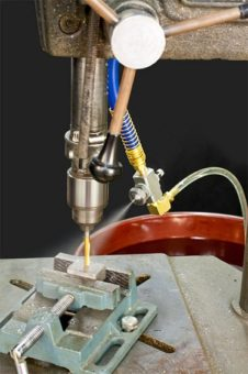 Dysza rozpylająca zasilana lewarem o strumieniu okrągłym jest używana do doprowadzania mgły chłodzącej do operacji wiercenia.