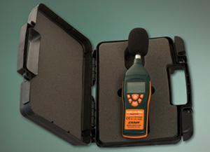 Każdy cyfrowy miernik poziomu hałasu model 9104 dostarczany jest w komplecie ze zdejmowaną osłoną, baterią i walizką ochronną.