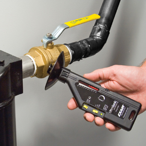 Ultradźwiękowy wykrywacz nieszczelności model 9061 szybko lokalizuje kosztowną nieszczelność w hałaśliwym środowisku przemysłowym.