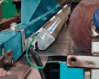 Listwa powietrzna antystatyczna usuwa ładunki elektrostatyczne z blachy przed procesem malowania
