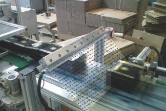 Dejonizacja produktów na przenośniku za pomocą noża powietrznego EXAIR